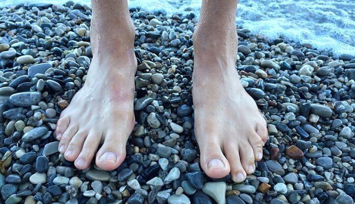 Hornhautfreie Füße auf Steinen