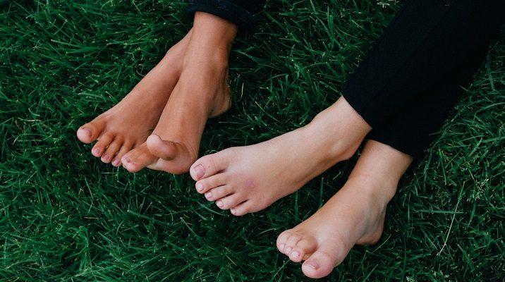 Füße im Gras